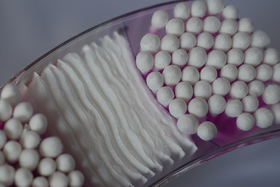 You dip cotton balls in liquid – juice or a smoothie [Philippa Willitts - Flickr]