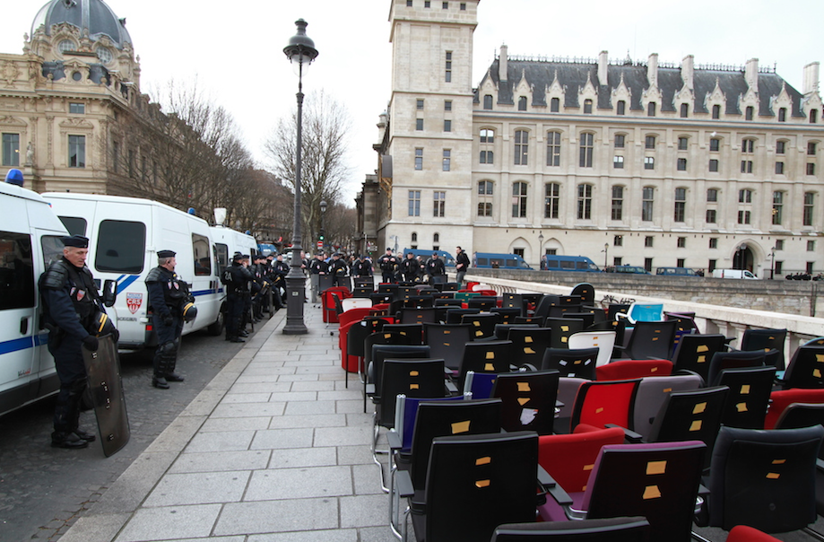 196 chairs protest in Paris