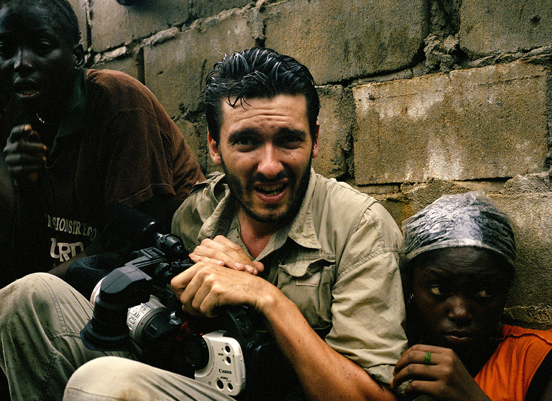 James Brabazon under fire in Monrovia in 2003. Credit Tim Hetherington