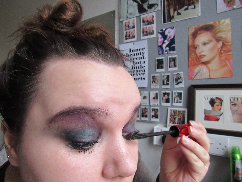 A girl does her makeup