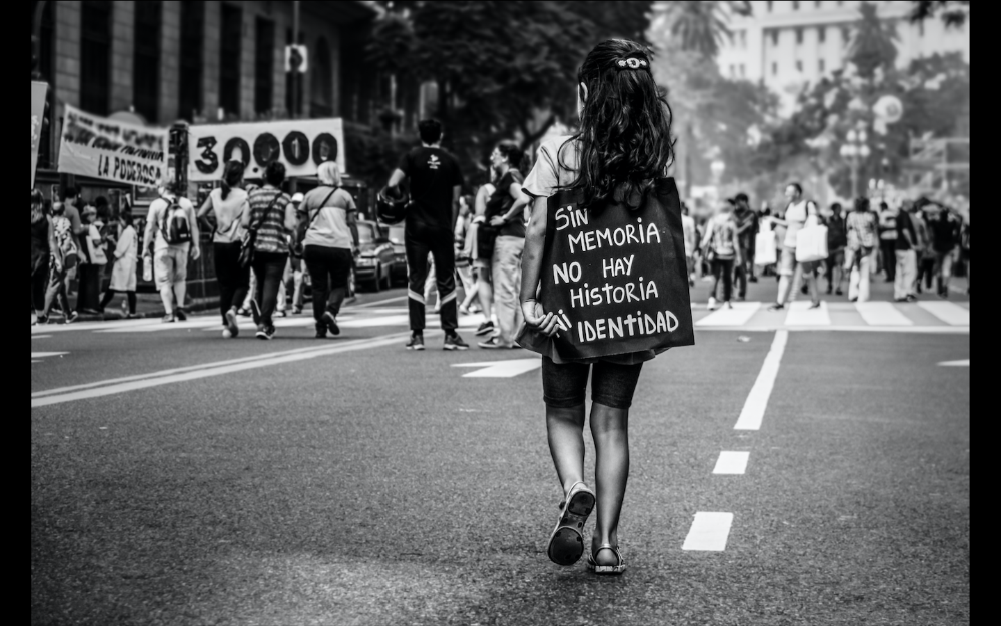 "Woman wearing a sign saying ""Sin memoria"""