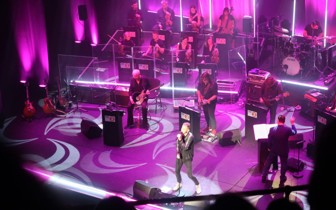 Tom Chaplin performing 'You're my best friend'