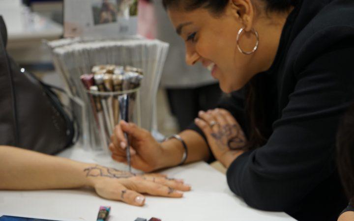 Pavan applying henna at her popup bar in Selfridges [Maha Khan]