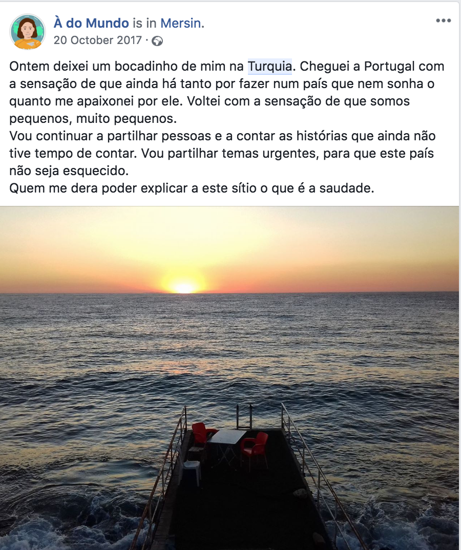 "image of a FB post of the page ""À do mundo"", with a picture of the sea in Turkey embedded in it."
