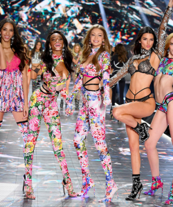 5 models posing in victorias secret show