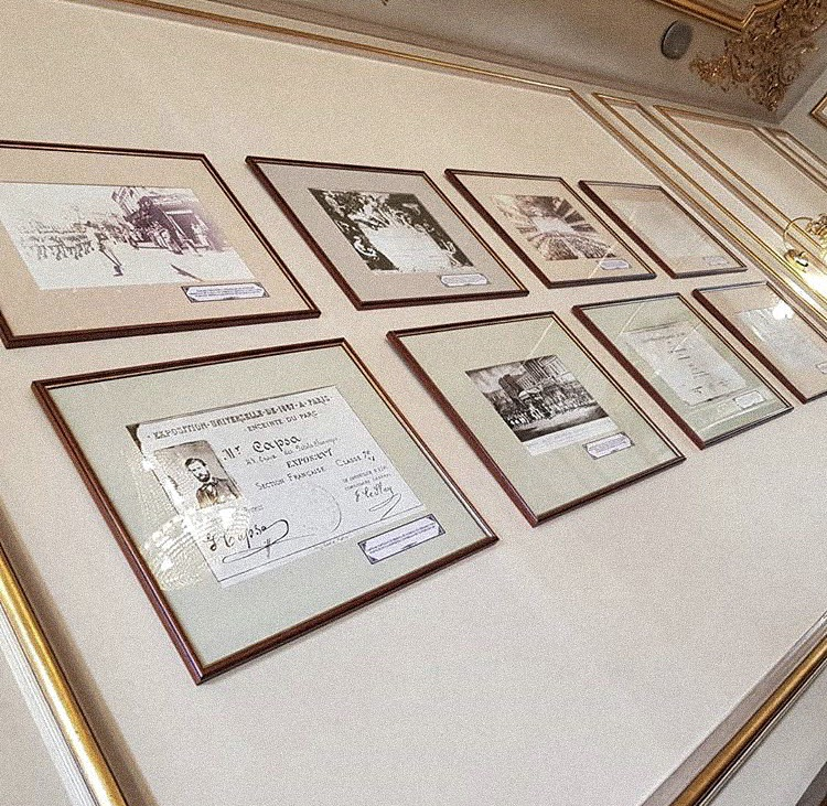 pictures on frames on the wall in casa capsa