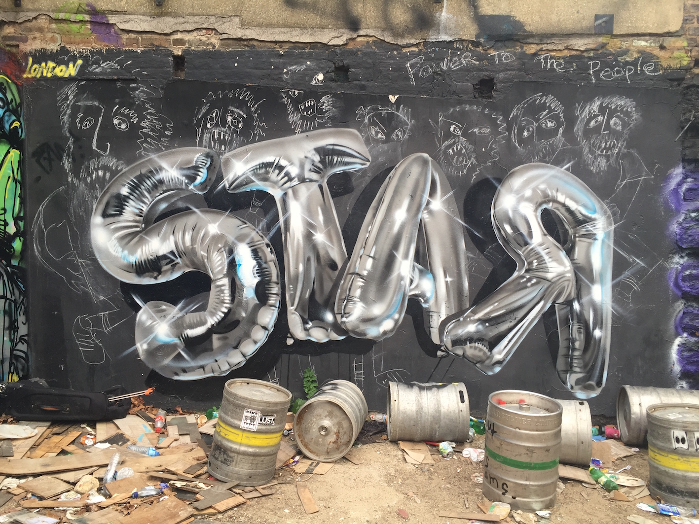 grafitti spelling out 'star' in silver