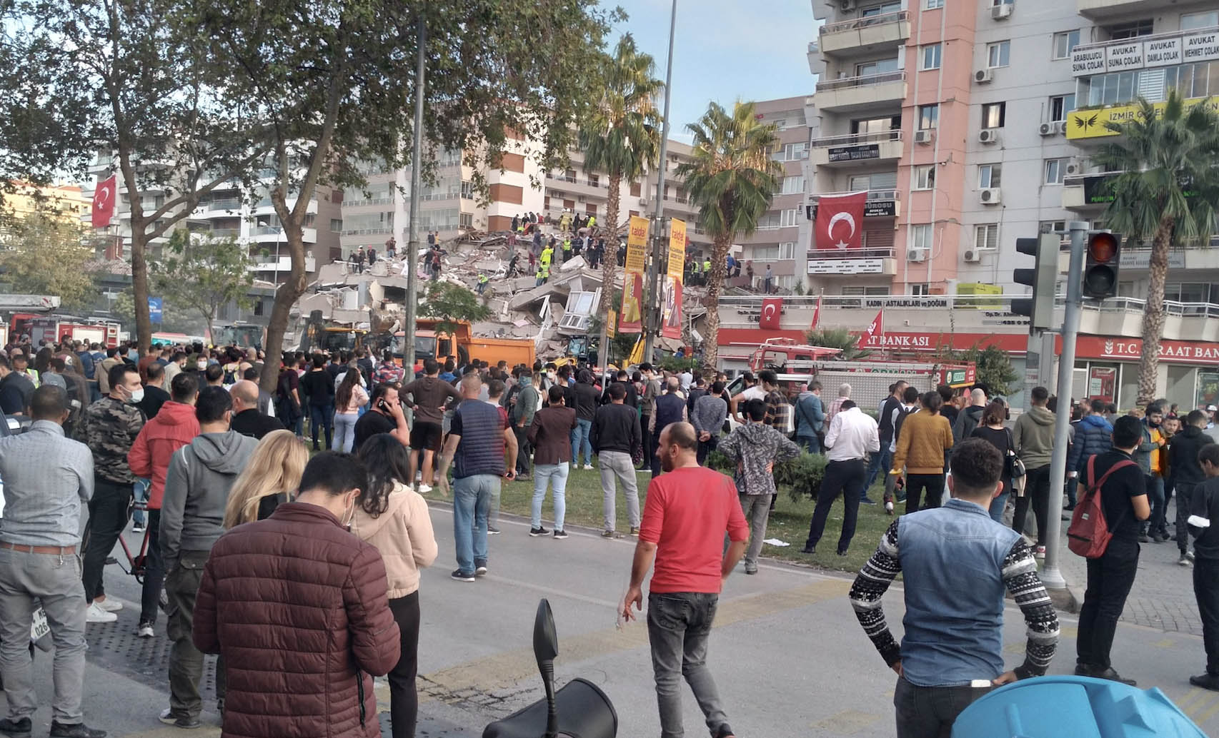 Crowds gather around an earthquake-ravaged building in Izmir. Photograph by ApChrKey.