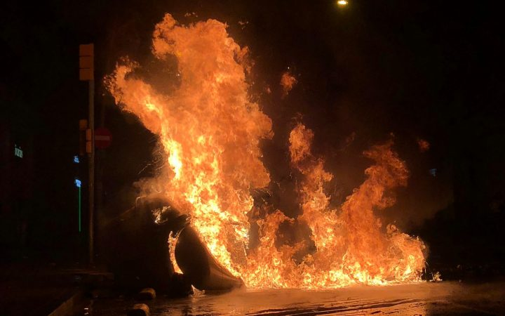 A burning dumpster at the Barcelona protests of last Saturday. [Courtesy of Maikhel Luna]